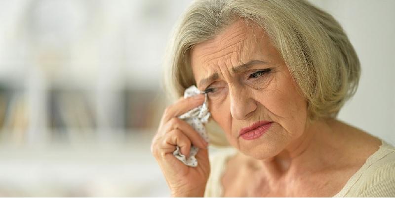 Những người già bị suy giảm thị lực khiến mắt mờ và hạn chế tầm nhìn nên sử dụng viên bổ mắt hằng ngày