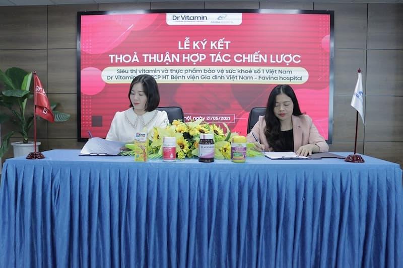 Đại diện Siêu thị vitamin và thực phẩm bảo vệ sức khỏe số 1 Việt Nam Dr Vitamin (bên trái) và đại diện CTCP Bệnh viện gia đình Favina (bên phải) ký kết thỏa thuận hợp tác chiến lược