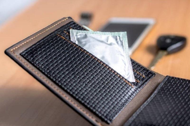 Để bao cao su vào ví tiền là điều không nên làm