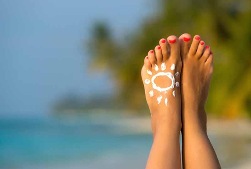 Chăm sóc da chân không được quên bôi kem chống nắng
