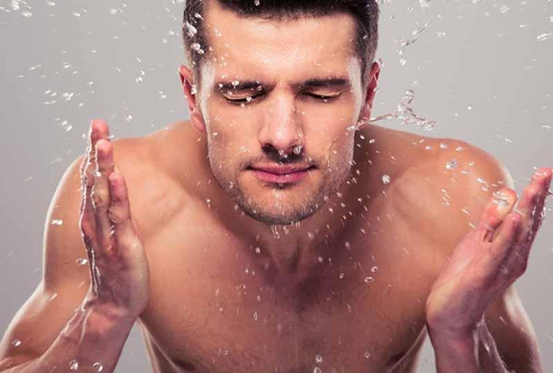 Các anh cũng cần làm sạch mặt với sữa rửa mặt hàng ngày
