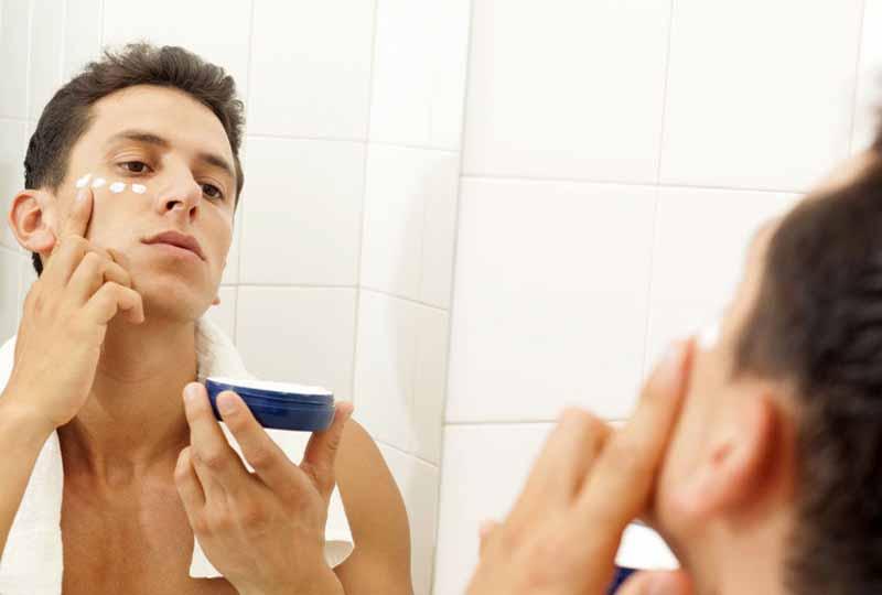 Bôi kem dưỡng ẩm giúp làn da nam giới khỏe mạnh và mềm mịn