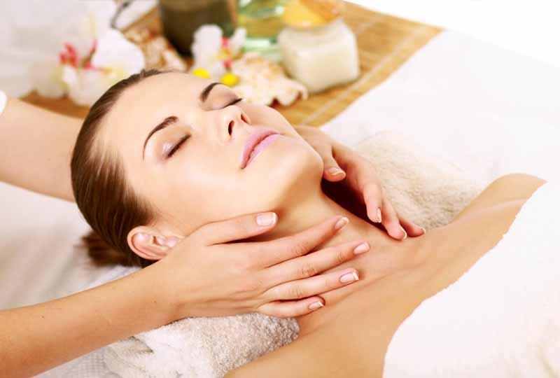 Nên massage vùng cổ thường xuyên để ngăn ngừa nếp nhăn hiệu quả