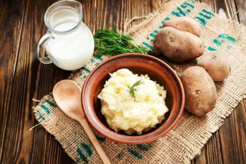 Đắp mặt nạ dưỡng ẩm bằng khoai tây với sữa giúp da được căng bóng