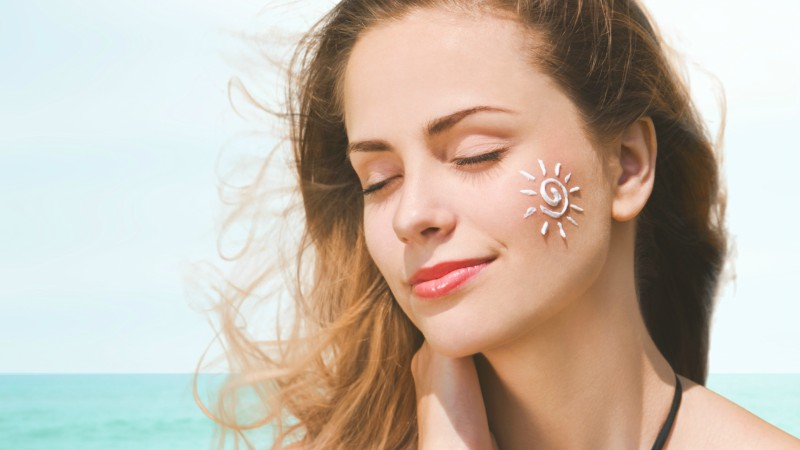 Cách chăm sóc da khoa học là không quên bôi kem chống nắng bảo vệ da