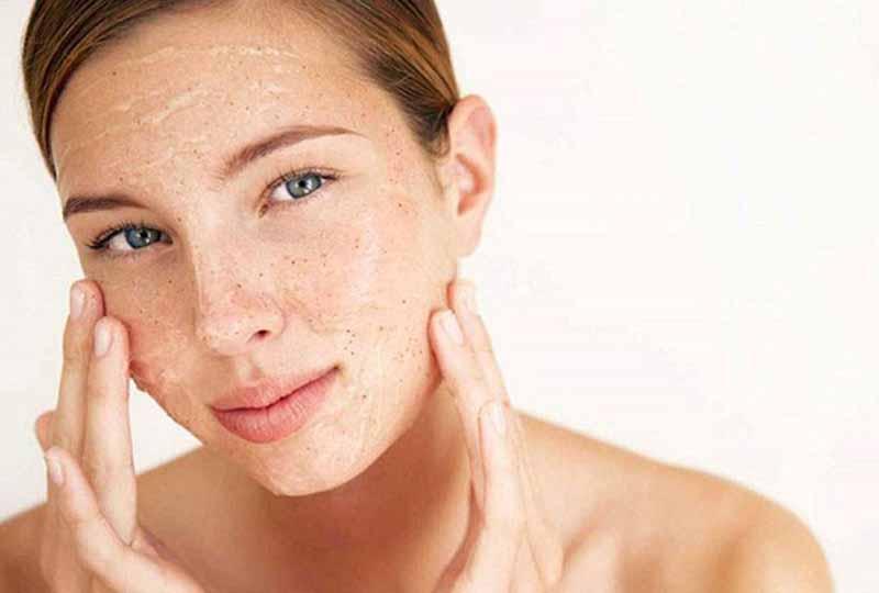 Tẩy da chết nhẹ nhàng để tránh làm tổn thương da