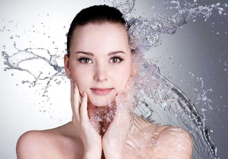 Dưỡng ẩm cho da là cách chăm sóc da mặt cho người làm ca đêm hiệu quả nhất