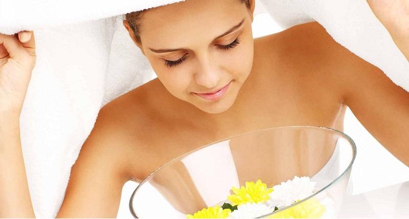 Xông hơi là một trong những cách chăm sóc da mặt sau sinh rất hiệu quả