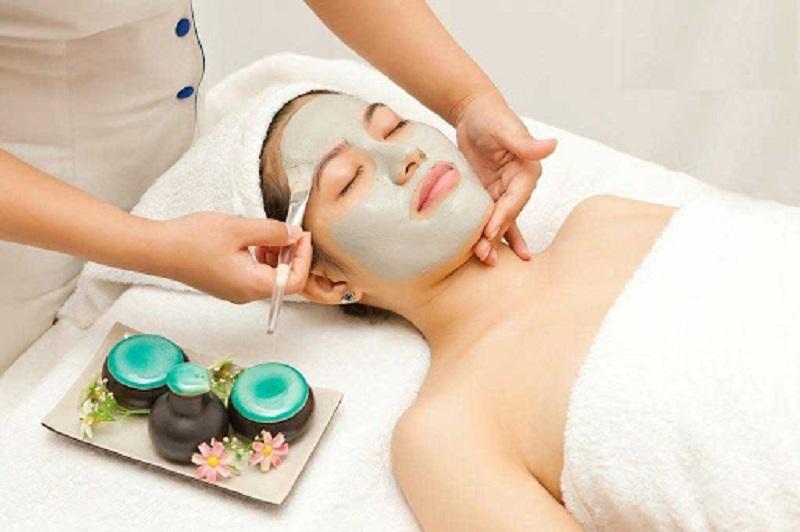 Trong quy trình chăm sóc da mặt cơ bản tại spa không thể thiếu bước đắp mặt nạ