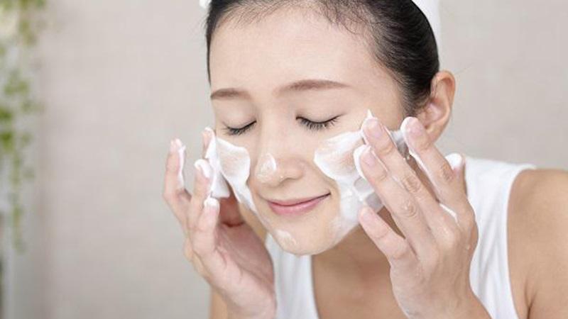 Loại sạch bụi bẩn trên da bằng cách tẩy trang và rửa mặt mỗi ngày