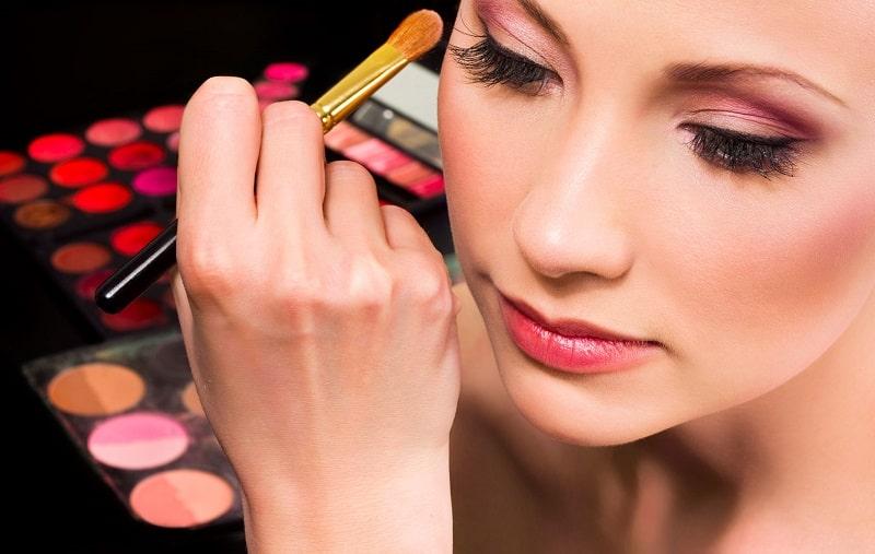 Để chăm sóc da mặt ở tuổi 20, bạn không nên trang điểm quá thường xuyên