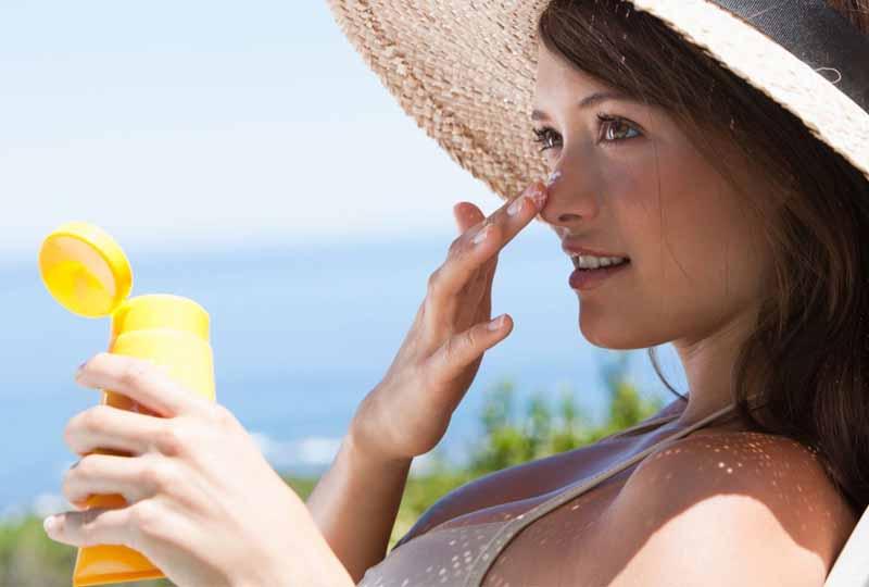 Chăm sóc da mặt tuổi thì không thể bỏ qua việc bôi kem chống nắng
