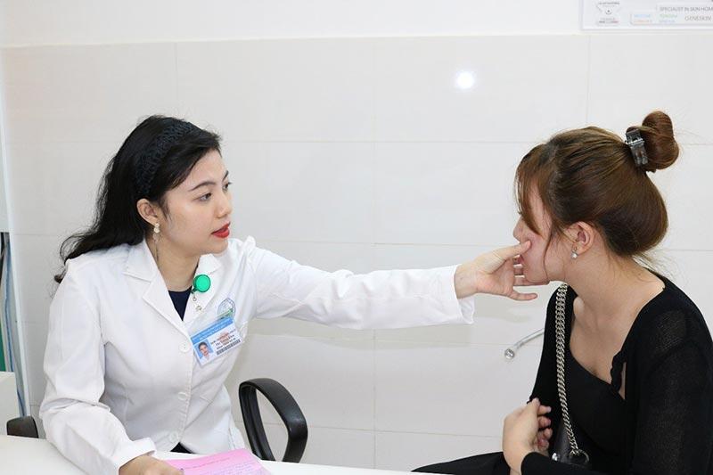 Chuyên gia hoặc bác sĩ sẽ thăm khám và tư vấn tình trạng da mụn của bạn