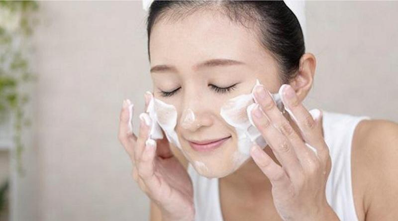 Làm sạch da mỗi ngày để lỗ chân lông luôn thông thoáng, hạn chế tình trạng bít tắc nhờn