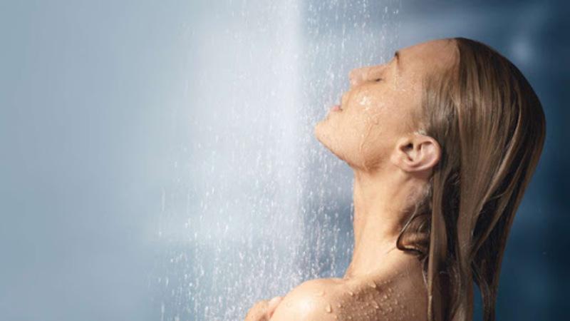 Không nên tắm bằng vòi hoa sen hoặc tắm bằng nước quá nóng
