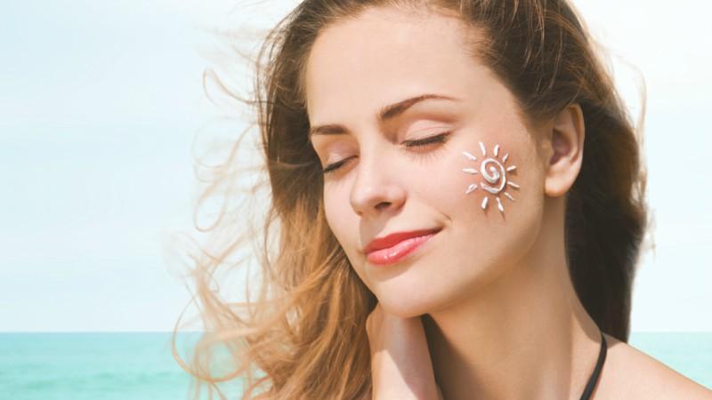 Sử dụng kem chống nắng đầy đủ và thường xuyên để làn da luôn được bảo vệ tốt nhất