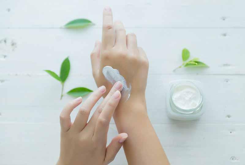 Sử dụng kem dưỡng ẩm hàng ngày để bàn tay luôn mềm mịn