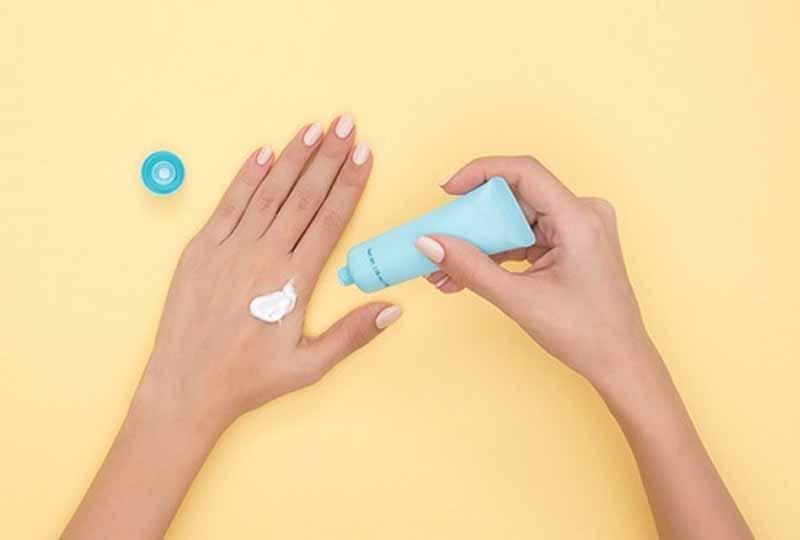 Sử dụng kem chống nắng là bước không thể thiếu trong quá trình chăm sóc da tay