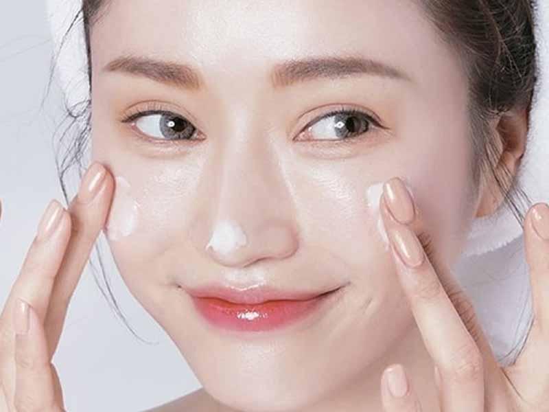 Thường xuyên cấp ẩm cho vùng da dưới mắt