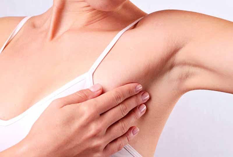 Vùng da dưới cánh tay khá nhạy cảm và cần được chăm sóc cẩn thận
