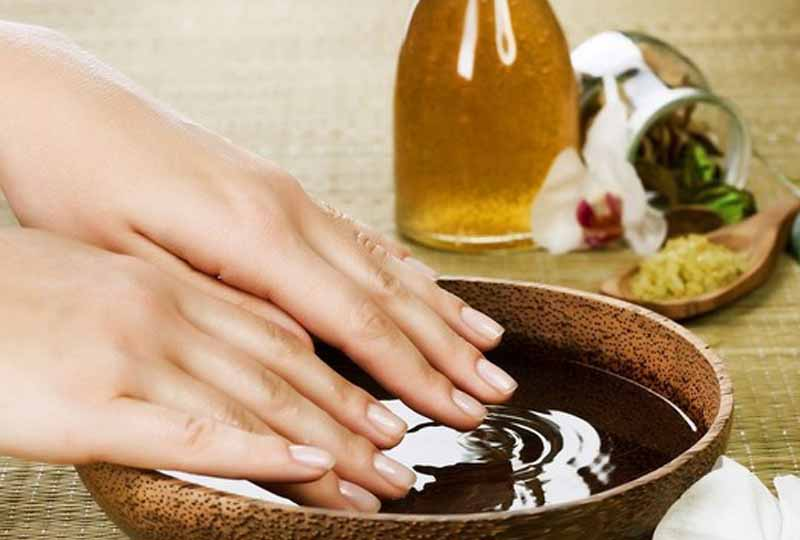 Dưỡng móng mềm mại, chắc khỏe bằng dầu oliu