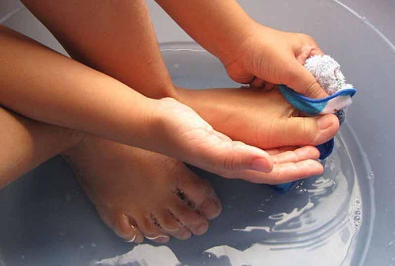 Luôn giữ cho móng tay. móng chân sạch sẽ