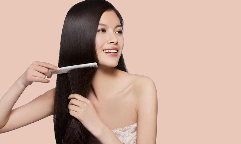 Đầu tiên bạn cần chải mượt tóc và massage đầu