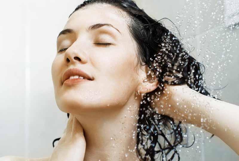 Bạn nên gội đầu với nước lạnh hoặc nước ấm để bảo vệ tóc
