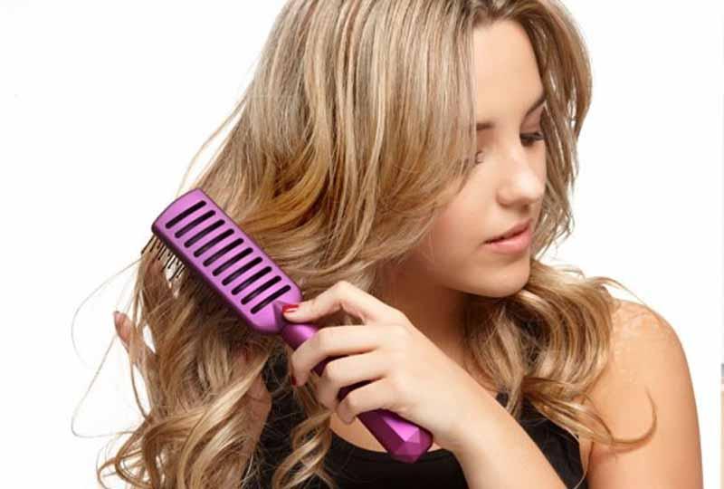 Bạn nên sửa dụng các loại lược răng thưa để mái tóc uốn