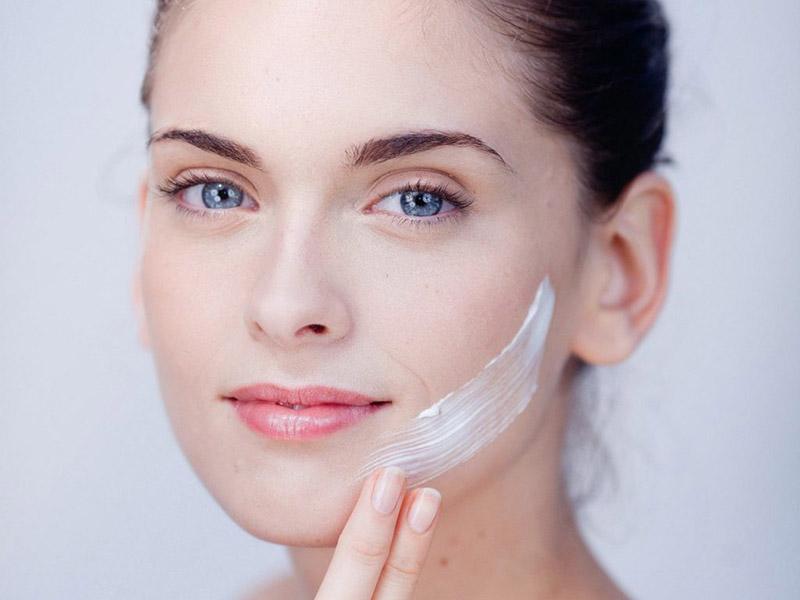 Khi bị nẻ bạn có thể sử dụng kem dưỡng bôi ngoài da để cải thiện tình trạng