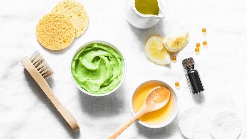 Bơ cùng mật ong giúp làm mềm mịn và sáng da