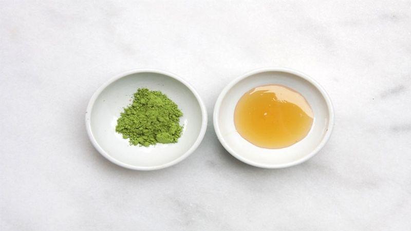Kết hợp trà xanh với mật ong để giảm mụn