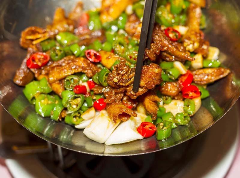 Món ăn tẩm ướt nhiều gia vị là nhóm thực phẩm cần tránh