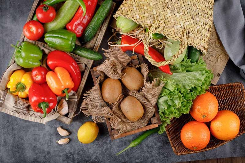 Bổ sung nhiều rau xanh và hoa quả giúp móng chân nhanh hồi phục
