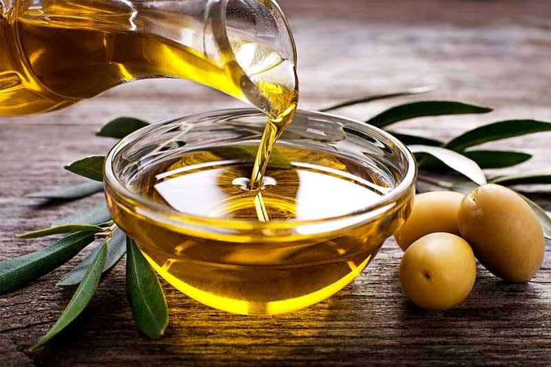 Ngoài việc công dụng chăm sóc tóc và da thì dầu oliu cũng giúp móng chắc khỏe hơn mỗi ngày