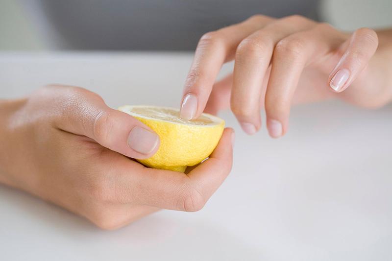 Cách chăm sóc móng tay yếu với chanh