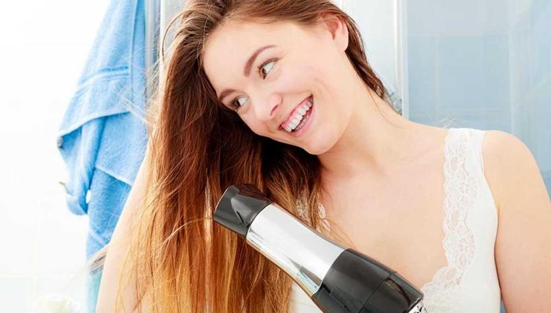 Sử dụng máy sấy thường xuyên có thể khiến tóc bị khô xơ