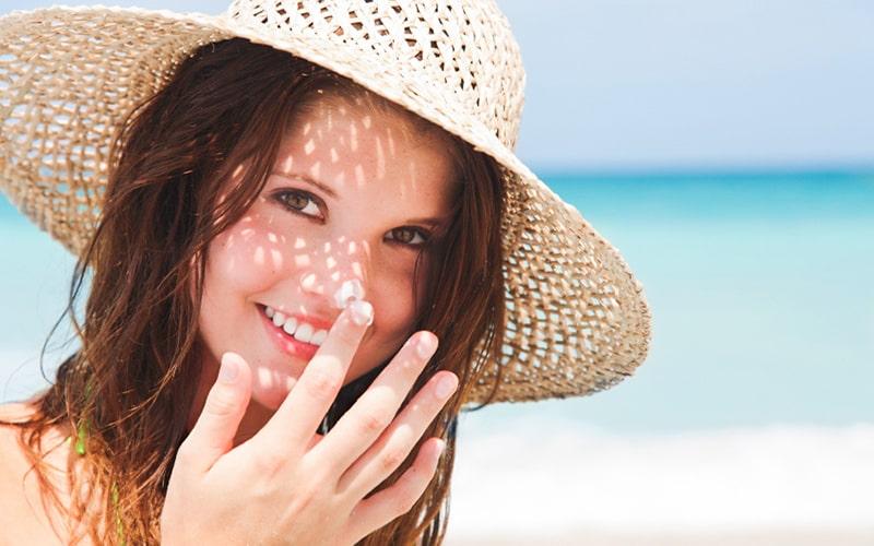 Che chắn da thật kỹ, bôi kem chống nắng khi đi ra ngoài là bước bảo vệ cần thiết