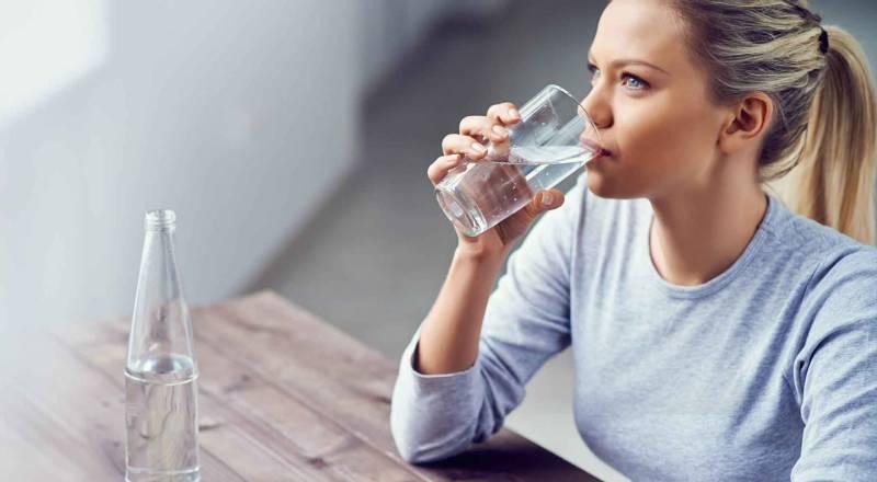 Hãy uống nước mỗi ngày đều đặn từ 1,5 - 2 lít để duy trì sức khoẻ tốt