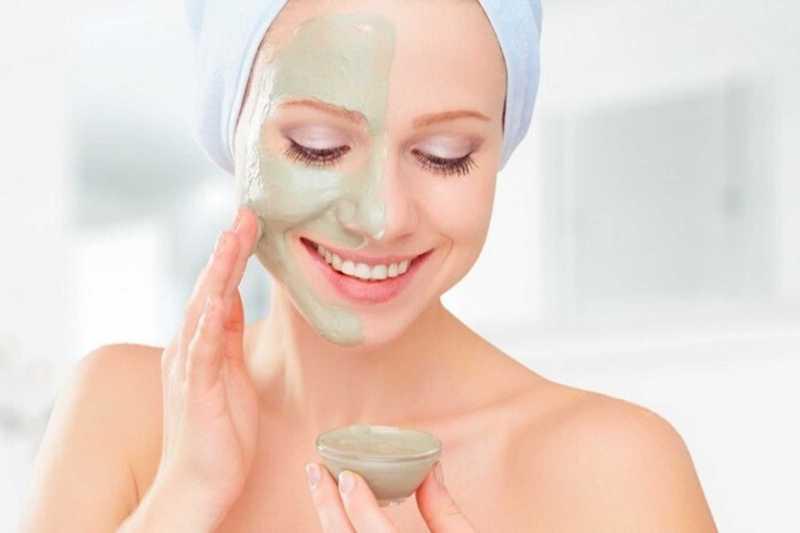 Đắp mặt nạ đất sét giúp làm sạch nang lông, hút dầu thừa trên da và se khít lỗ chân lông