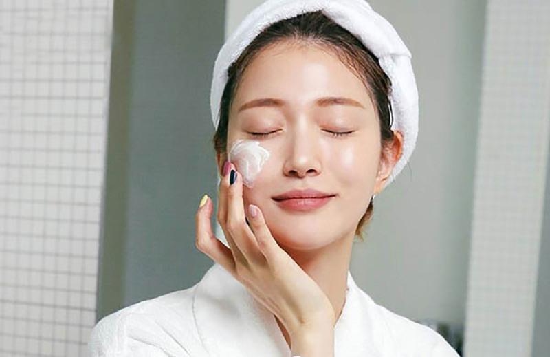 Muốn chăm sóc da mụn ẩn hiệu quả, bạn nên dưỡng da cả ngày lẫn đêm