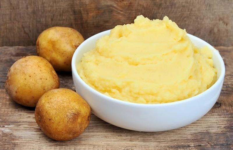 Chăm sóc da mụn đầu đen lỗ chân lông to với khoai tây