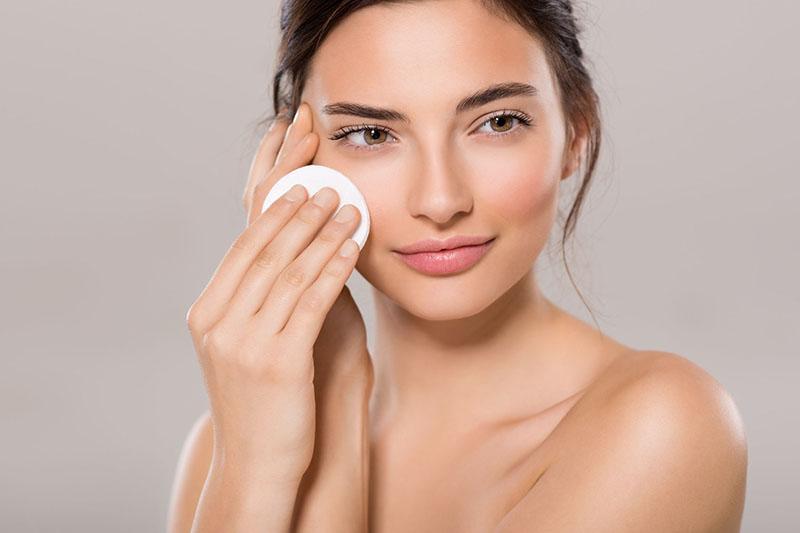 Với một làn da mụn thì tẩy trang và làm sạch luôn là bước quan trọng không thể bỏ qua