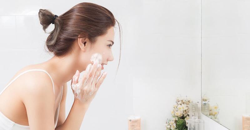 Đừng quên tẩy tế bào chết cho da mụn khi chăm sóc da