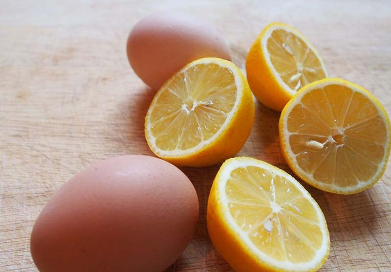 Khi kết hợp trứng gà với nước cốt chanh, làn da sẽ được cải thiện và trắng sáng nhanh chóng.