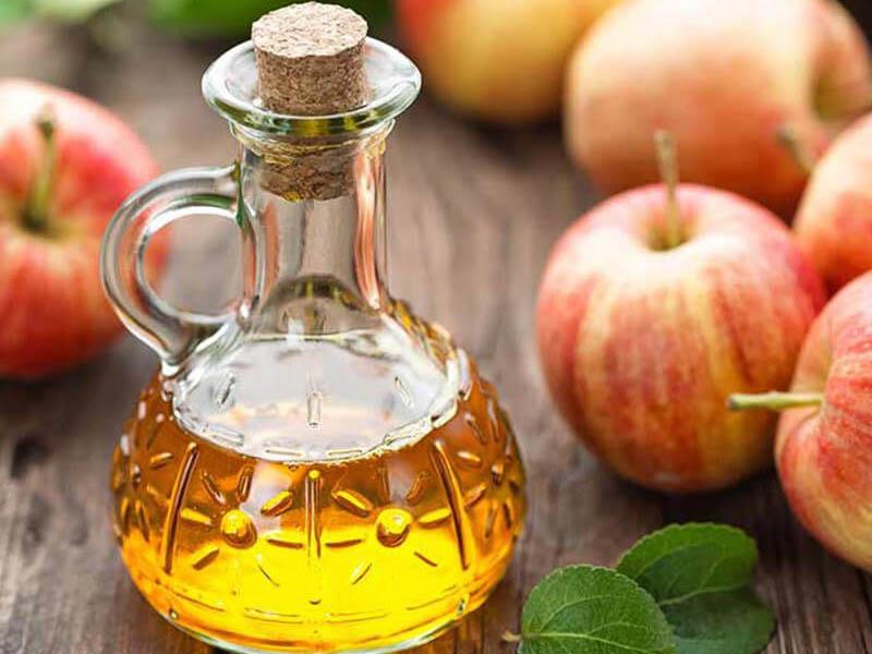 Giấm táo là nguyên liệu quen thuộc trong nhà bếp, đồng thời chứa các dưỡng chất có lợi cho mái tóc