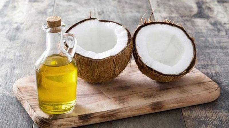 Dầu dừa là phần tinh dầu được chiết xuất từ phần cùi trắng của quả dừa