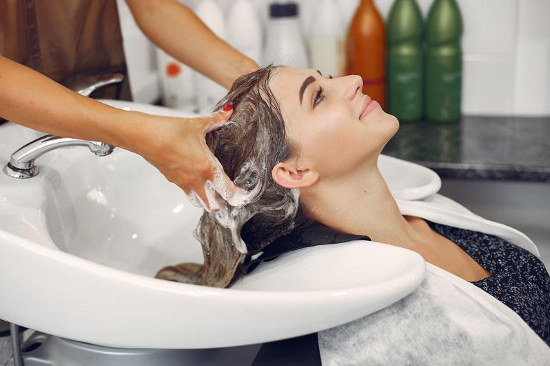Việc sử dụng dầu xả sẽ giúp mái tóc mềm mại và óng mượt
