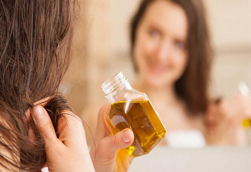 Sử dụng dầu dưỡng đều đặn sau mỗi lần gội đầu giúp tóc phục hồi nhanh chóng