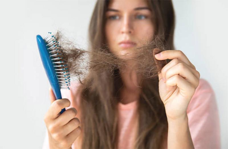 Có rất nhiều nguyên nhân khiến tóc rụng, gồm cả bệnh lý và tâm lý